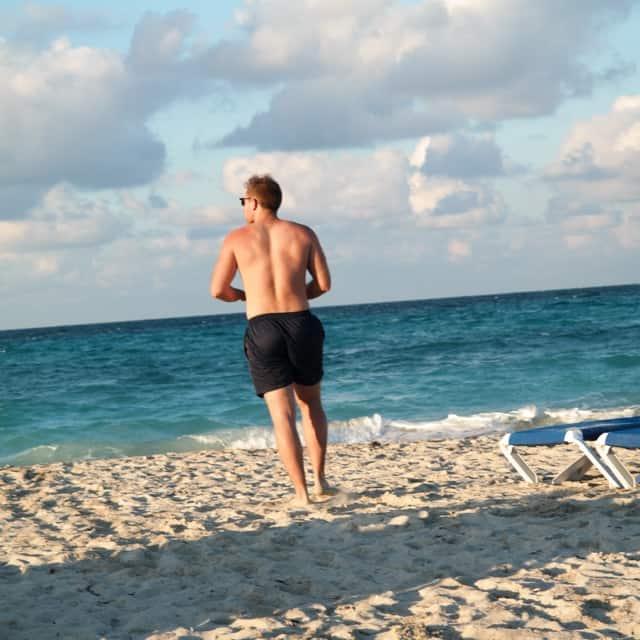 Jannik rennt auf Kuba auf dem Strand in Richtung Meer
