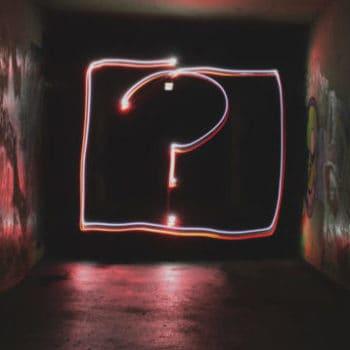Selbstzweifel beim Start vom eigenen Online Business - Fragezeichen auf Wand