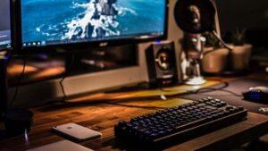 Arbeitsplatz mit Bildschirm, Tastatur und Schreibtisch