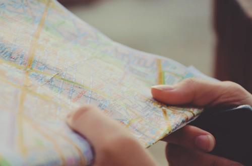 Karte in der Hand - Suche nach Wegbeschreibung