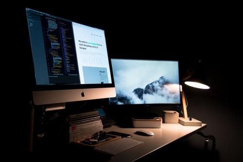 Modernes Webdesign an einem Macbook und Schreibtisch