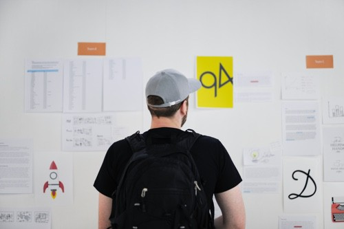 Ein Mann steht vor einem Whiteboard